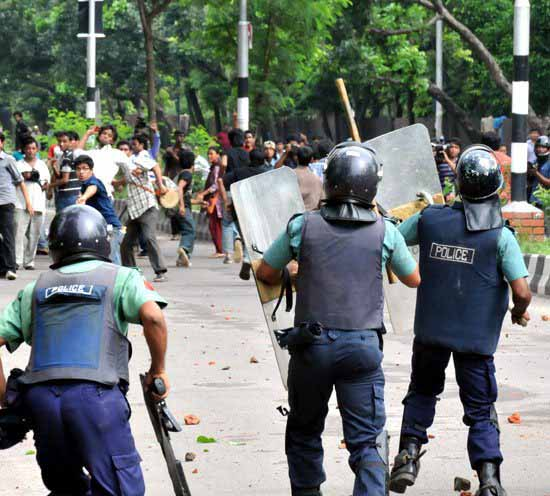 people are fighting with polices during hartal against gas agreement
